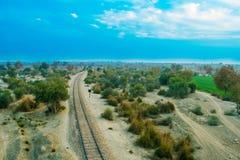 Stara linia kolejowa w lesie z chmurnym niebem fotografia royalty free