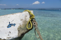 Stara mała łódka, plażowy dzień Zdjęcia Stock