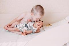 stara mała blondynka berbecia brata chłopiec trzyma jego dziecka siostrzany obraz stock
