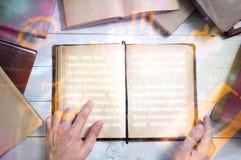 Stara magii książka z rozjarzonymi zodiaków symbolami Obrazy Royalty Free