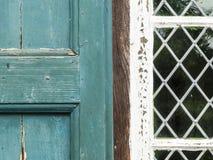 Stara Malująca żaluzja i Zaprowadzony okno obrazy stock