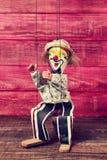 Stara marionetka na drewnianej powierzchni Obrazy Royalty Free