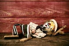 Stara marionetka na drewnianej powierzchni, filtrującej zdjęcie stock
