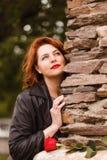Stara marzycielska kobieta z czerwonymi wargami i czerwonym włosy Kobieta I rewolucjonistki r??a zdjęcie royalty free