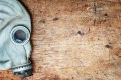 Stara maska gazowa, respirator na drewnianym stole Odgórny widok Z kopii przestrzenią obraz royalty free