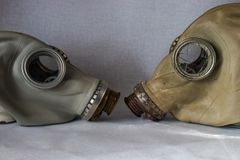 Stara maska gazowa z łamanym szkłem przed całością fotografia royalty free