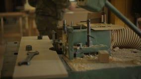 Stara maszyna dla musztrować wokoło dziury w drewnianej desce w meblarskim warsztacie zdjęcie wideo
