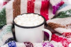 Stara metal filiżanka gorący kakao z marshmallows i miękka część kolorowa Zdjęcia Royalty Free