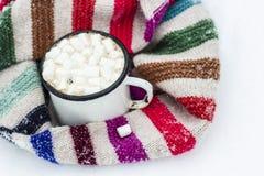 Stara metal filiżanka gorący kakao z marshmallows i miękka część kolorowa Obrazy Royalty Free