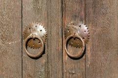 Stara metal k??dka na drewnianym drzwi Dziejowa wioska Bojenci, Gabrovo, Bu?garia obrazy stock