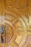 Stara metal rękojeść na drewnianym drzwi fotografia royalty free
