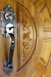 Stara metal rękojeść na drewnianym drzwi zdjęcie stock