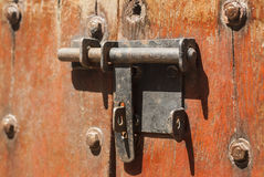 Stara metal zasuwka na starego rocznika drewnianym drzwi zdjęcia royalty free