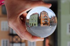 Stara miasta Cheb Eger kryształowa kula obraz stock