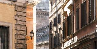 Stara miasto lampa w małej alei w Rzym Fotografia Royalty Free