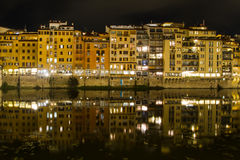 Stara miasto strona mieści odbicia w rzecznym Arno zdjęcia royalty free