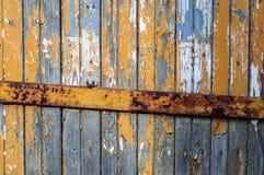 Stara nieociosana drewniana ściana z krakingową farbą Zdjęcia Royalty Free