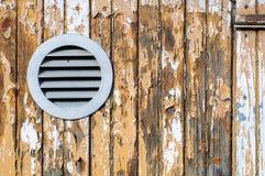 Stara nieociosana drewniana ściana z krakingową farbą Obrazy Stock