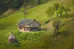 Stara nieociosana drewniana stajnia w otręby przepustce, Rumunia fotografia royalty free