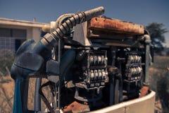 Stara nieociosana paliwowa pompa w wsi Obrazy Royalty Free