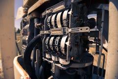 Stara nieociosana paliwowa pompa w wsi Zdjęcie Stock