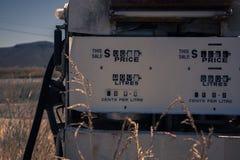 Stara nieociosana paliwowa pompa w wsi Zdjęcie Royalty Free