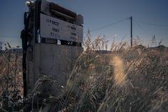 Stara nieociosana paliwowa pompa w wsi Zdjęcia Royalty Free