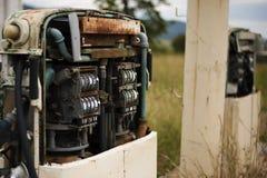 Stara nieociosana paliwowa pompa w wsi Fotografia Stock