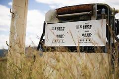 Stara nieociosana paliwowa pompa w wsi Obrazy Stock