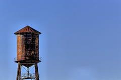 Stara, nieociosana wieża ciśnień z niebieskiego nieba tłem, obrazy stock