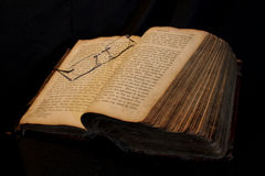 Stara norweg książka z czytelniczymi szkłami Fotografia Royalty Free
