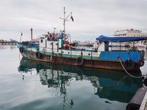 Stara ośniedziała łódź rybacka dokująca w porcie zdjęcie royalty free