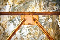 Stara ośniedziała żelazna struktura z pytlowymi metali profilami Obraz Royalty Free