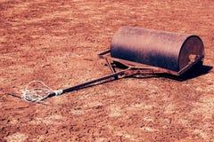 Stara ośniedziała żelazo baryłka dla utrzymania niedbałość tenisowy sąd Stara sucha czerwień miażdżyć cegły ukazują się na plener fotografia stock