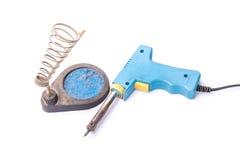 Stara ośniedziała błękitna lutowniczego żelaza pozycja na właścicielu, odosobniony o Fotografia Stock