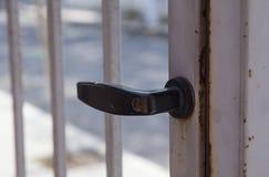 Stara ośniedziała drzwiowa rękojeść zdjęcie stock