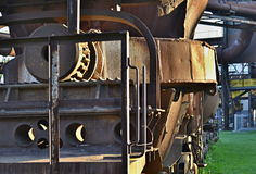Stara ośniedziała filiżanka dla rzuconej stali na sztachetowym pojazdzie - szczegół Zdjęcie Royalty Free