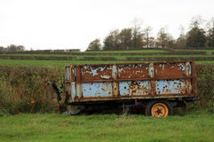 Stara ośniedziała przyczepa w polu Fotografia Royalty Free