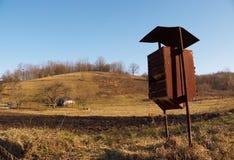 Stara ośniedziała skrzynka pocztowa w wsi Fotografia Royalty Free
