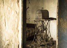Stara ośniedziała szwalna maszyna Fotografia Royalty Free