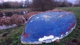 Stara odwrócona błękitna wioślarska łódź zdjęcia royalty free