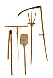 Stara ogrodowych narzędzi łopaty pitchfork świntucha kosa na białym tle zdjęcia stock