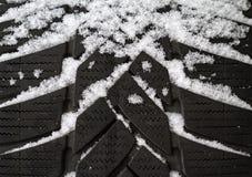 Stara opona zakrywająca w śniegu obrazy royalty free