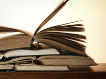 Stara otwarta powieść rezerwuje na drewnianym stole Obrazy Stock