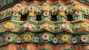 Stara pagoda Dekoruje Z Kolorowymi Ceramicznymi kwiatami zdjęcia stock