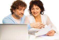 Stara para dyskutuje niektóre papierowych Obraz Stock