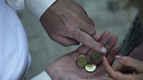 Stara para emeryci liczy cent monety, niski rodzinny budżet, ubóstwo zbiory