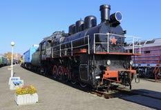 Stara parowa lokomotywa na torach szynowych Zdjęcia Royalty Free