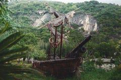 Stara pirat żaglówka w dżungli zdjęcie stock