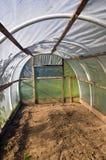 Stara plastikowa grenhouse cieplarnia w gospodarstwie rolnym obraz stock